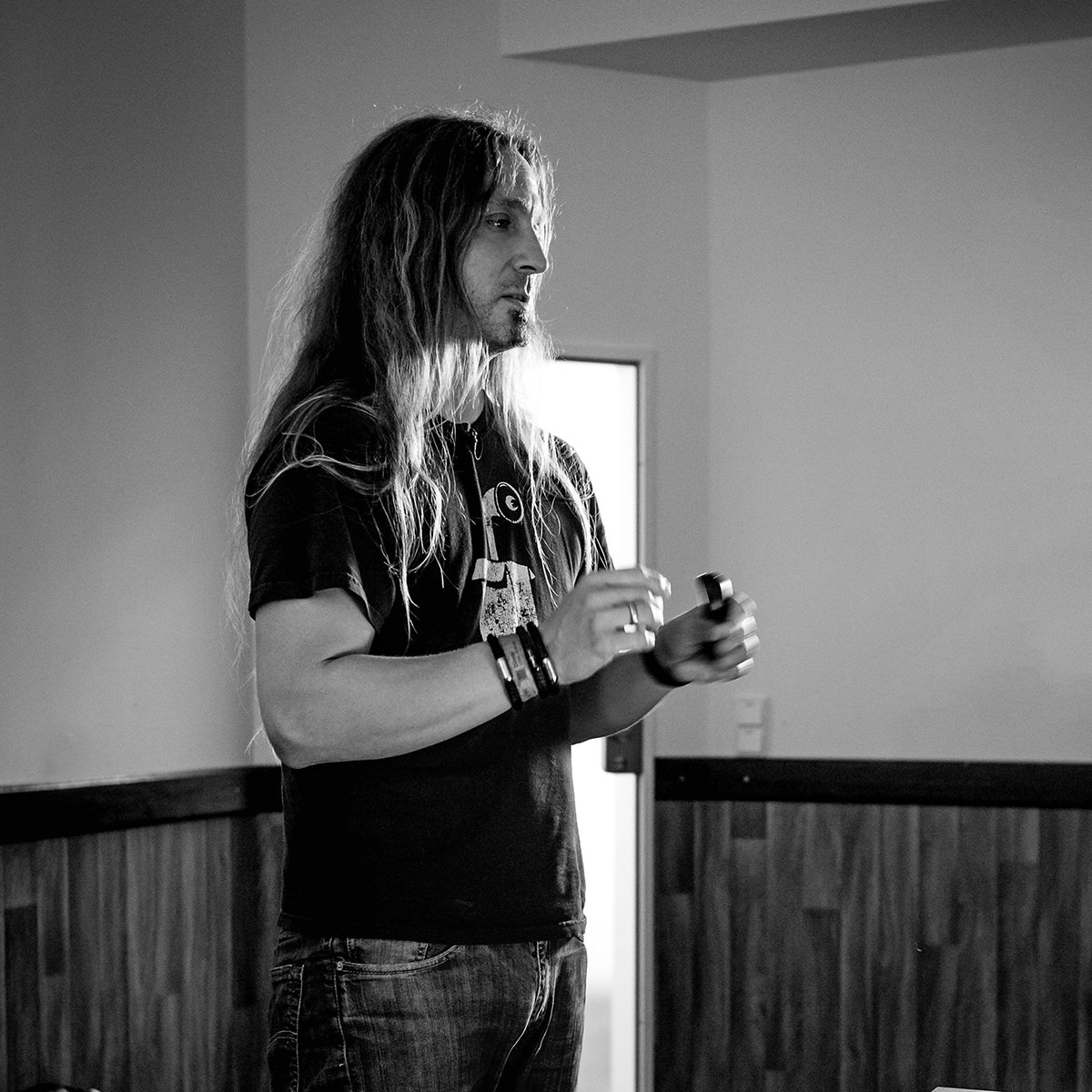 Photo showing me, Marc Thiele, speaking at Webworker Ruhr Meetup