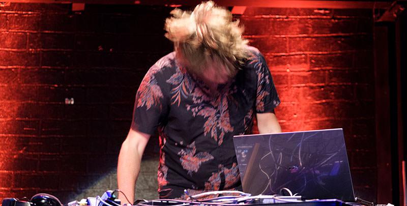 Tobi Lessnow danying while making music for beyond tellerrand